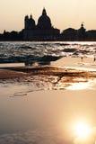 Solnedgång i Venedig - reflexion av kyrkan för Madonna dellahonnör Royaltyfria Bilder