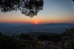 Solnedgång i volterra fotografering för bildbyråer