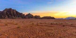 Solnedgång i Wadi Rum Desert, Jordanien Royaltyfri Bild