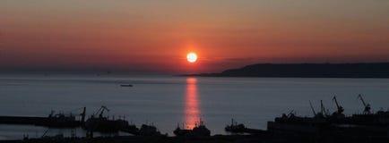 Solnedgång Kaspiska hav, Baku, Azerbajdzjan, vinter 2015 Arkivbilder