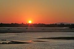 Solnedgång längs den Rufiji floden, Selous lekreserv, Tanzania Royaltyfri Fotografi