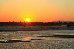 Solnedgång längs den Rufiji floden, Selous lekreserv, Tanzania royaltyfri foto