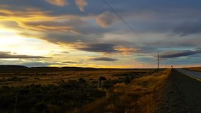 Solnedgång längs en Patagoniaväg, Chile arkivfoto