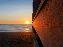 Solnedgång längs en träbrygga Royaltyfri Foto