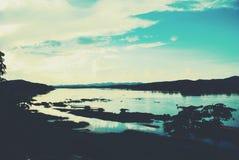 Solnedgång längs floden Arkivbild