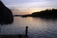 Solnedgång längs kanalerna av norr Fort Myers, Florida royaltyfri fotografi