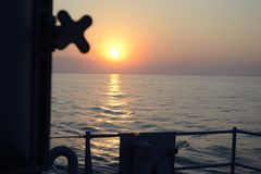 Solnedgång långt i väg från hem i Black Sea Royaltyfria Foton