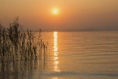 Solnedgång (Lago di Garda, Italien) Arkivfoto