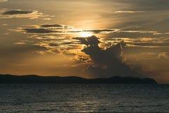 Solnedgång med berg Arkivfoto