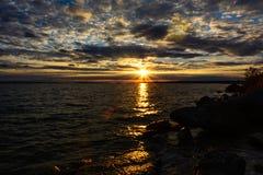 Solnedgång med clounds på Michigan sjön Arkivfoton