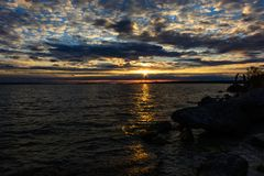 Solnedgång med clounds på Michigan sjön royaltyfri fotografi