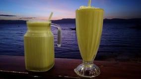 Solnedgång med coctailen, Moalboal, filippin royaltyfri bild