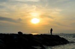 Solnedgång med den ensamma kvinnan Royaltyfri Foto