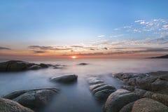 Solnedgång med den guld- strålen Fotografering för Bildbyråer