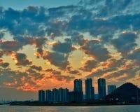 Solnedgång med det brända molnet Arkivfoto