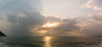 Solnedgång med det dramatiska molnet över havet Royaltyfri Bild