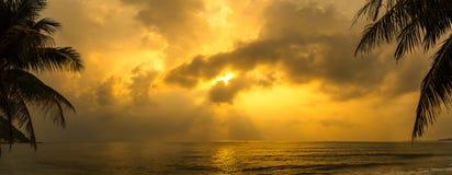 Solnedgång med det dramatiska molnet över havet Royaltyfri Foto