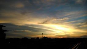 Solnedgång med det fantastiska molnet, färg Royaltyfria Bilder