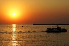 Solnedgång med det lilla fartyget Royaltyfria Bilder