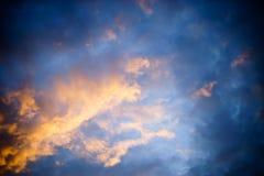 Solnedgång med det orange molnet Arkivfoton