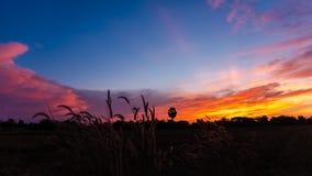 Solnedgång med det röda molnet Arkivbilder