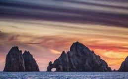 Solnedgång med en bedöva härlig himmel ovanför den kustlinjeKalifornien halvön mexico Royaltyfri Fotografi
