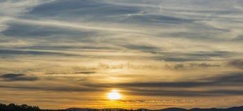 Solnedgång med ett Silhouetted landskap Royaltyfri Foto
