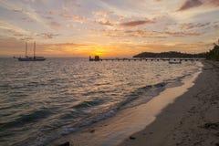 Solnedgång med fartyg i fjärd Royaltyfria Foton