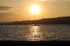 Solnedgång med fartyget Arkivbild