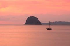 Solnedgång med fartyget Arkivbilder