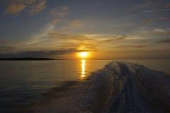 Solnedgång med fartyget Royaltyfri Foto