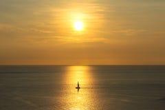 Solnedgång med fartyget på phuket, Thailand Arkivbild