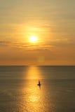 Solnedgång med fartyget på phuket, Thailand Royaltyfria Foton