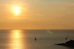 Solnedgång med fartyget på phuket, Thailand Fotografering för Bildbyråer