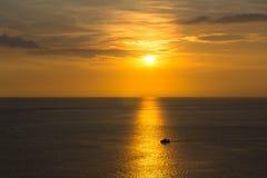 Solnedgång med fartyget på phuket, Thailand Arkivfoton