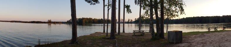 Solnedgång med fiskebåtar på sjön royaltyfri foto