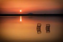 Solnedgång med fiskebåtar på sjön Arkivfoton