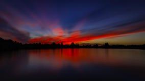 Solnedgång med fiskebåtar på sjön Arkivfoto