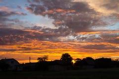 Solnedgång med härlig blå himmel arkivbild