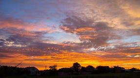 Solnedgång med härlig blå himmel arkivfoton