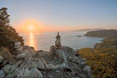 Solnedgång med högen av att balansera stenar Fotografering för Bildbyråer
