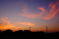 Solnedgång med hus Arkivfoto