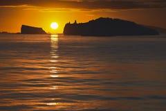 Solnedgång med isberg arkivbild