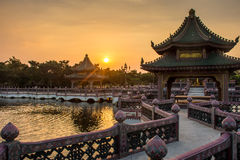 Solnedgång med kinesisk byggnad Royaltyfri Bild