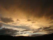 Solnedgång med moln, ljus av strålar Arkivfoto