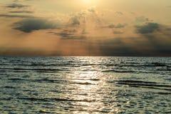 Solnedgång med moln och atmosfäriska efects arkivbilder