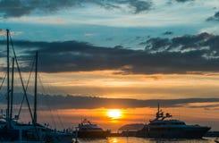 Solnedgång med molnhimmel på pir Royaltyfri Fotografi