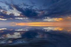 Solnedgång med nätta moln på solnedgången Arkivbild
