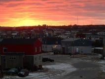 Solnedgång med orange himmel över staden av Kuujjuaq royaltyfria bilder