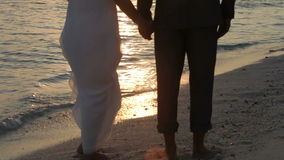 Solnedgång med par på härligt strandbröllop lager videofilmer